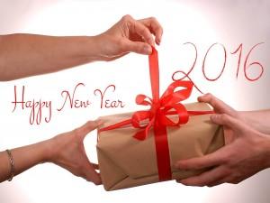 Abriendo un regalo el Día de Año Nuevo 2016