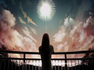 Mujer observando los fuegos artificiales