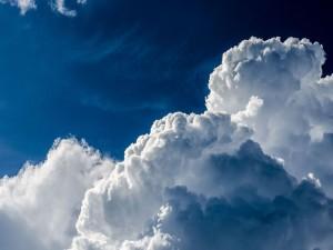 Nubes espumosas en el cielo