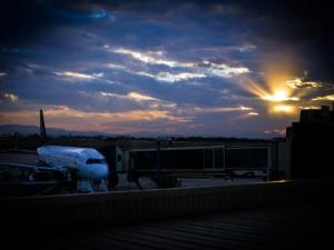 Avión en el aeropuerto de Valencia al amanecer