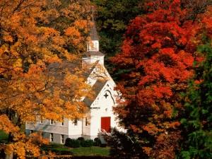 Iglesia entre árboles otoñales