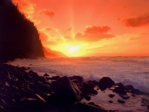 Hermoso sol iluminando la costa