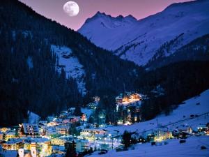 Luna llena sobre Sankt Anton am Arlberg (Tirol, Austria)
