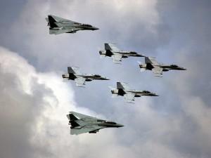 Aviones de combate en el cielo