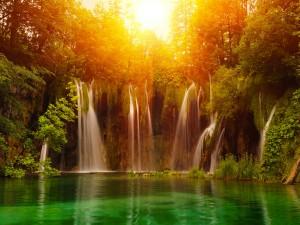Sol brillando sobre las cascadas
