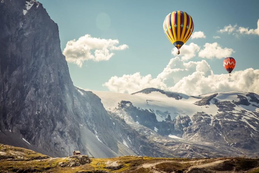 Globos viajando por las montañas