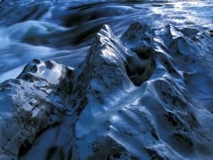 Roca a orillas del río