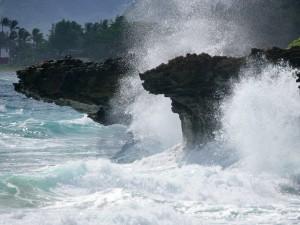 Agua de mar chocando en las rocas