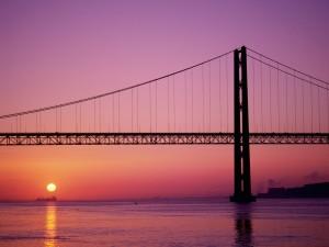 Sol bajo el Puente 25 de Abril (Lisboa, Portugal)