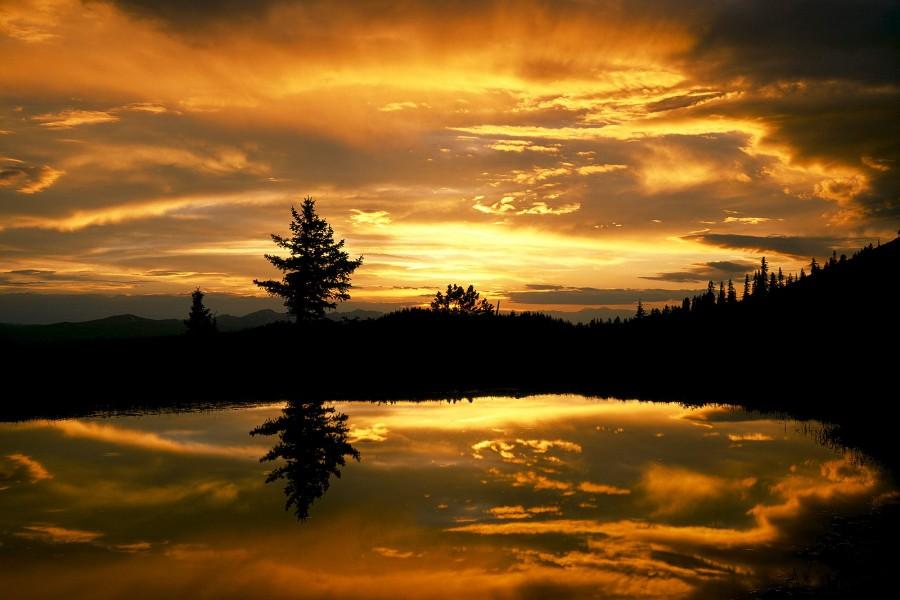 Amanecer reflejado en el lago