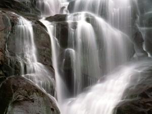 Cascada cayendo sobre grandes rocas