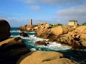 Faro sobre las rocas