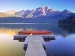 Canoa en el lago pirámide (Alberta, Canadá)