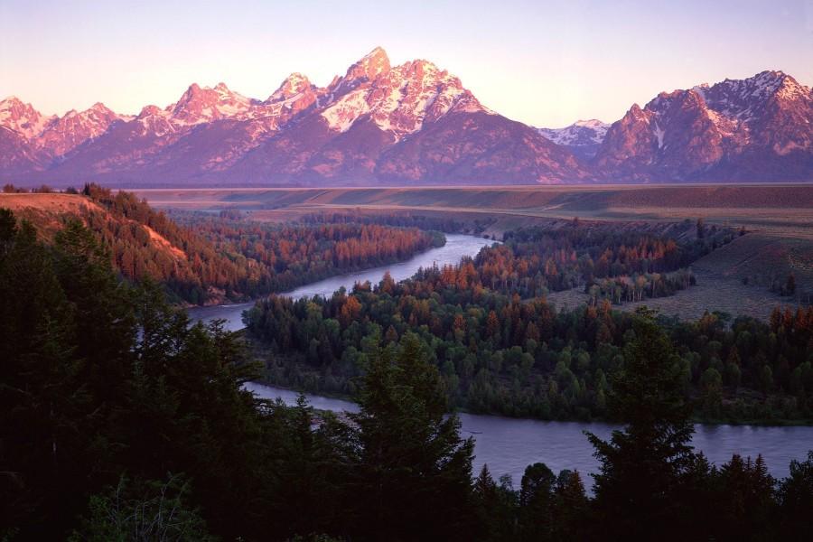 Un gran río bajo las montañas