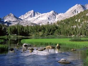 Calma en el río bajo las montañas