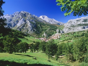 Cielo azul sobre el Parque Nacional Picos de Europa (Asturias, España)