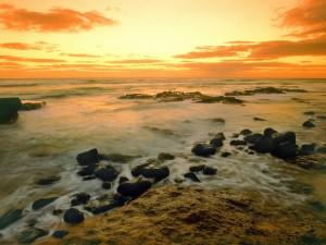 Cielo iluminado sobre el mar