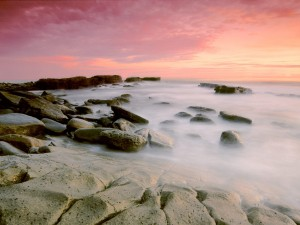 Costa rocosa vista al amanecer
