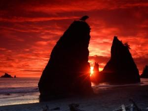 Sol entre las rocas de una playa