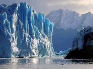 Icebergs junto a las montañas