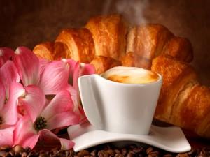 Café y cruasanes calientes