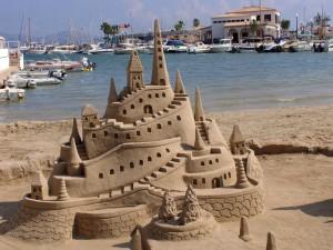 Gran castillo de arena en la orilla del mar