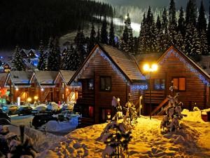 Hotel Iluminado en una noche de invierno en los Alpes suizos