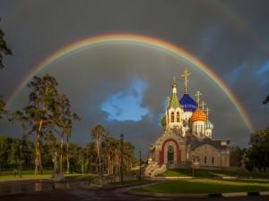 Arcoíris sobre la Iglesia de San Igor de Chernigov en Peredelkino