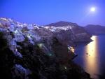 Luna brillando sobre Santorini (Grecia)