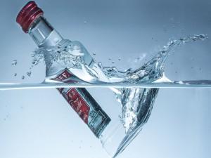 Una botella de Vodka Smirnoff en el agua fresca