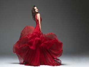 Mujer con un sensacional vestido rojo