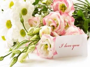 Ramo de margaritas y rosas con un mensaje de amor