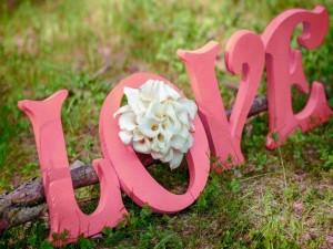 """Ramo de calas en la palabra """"amor"""""""