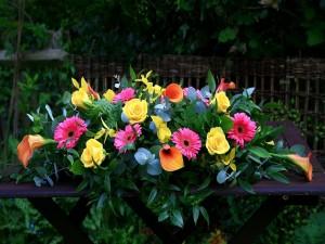 Bello centro de flores sobre una mesa