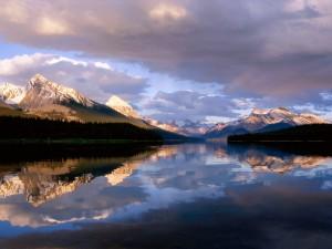 Nubes sobre el lago Maligne (Alberta, Canadá)