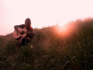 Tocando la guitarra a la entrada del sol