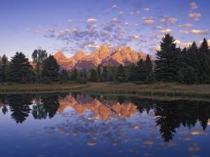 Montañas Teton reflejadas en un lago