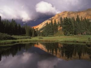 Nubes sobre la montaña y el lago