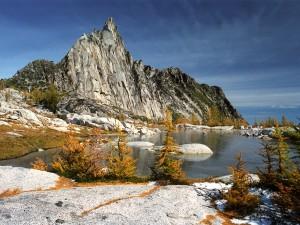 Pequeño lago bajo la montaña