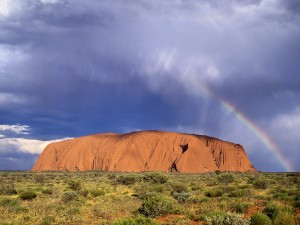 Arcoíris junto al Uluru (Parque Nacional Uluru-Kata Tjuta, Australia)