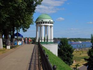Paseando junto al río Volga en la ciudad de Yaroslavl (Rusia)