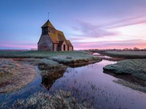 Vieja iglesia en el campo a orillas de un río