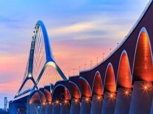 Atractivo puente iluminado
