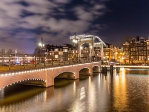 Puente Magere Brug sobre el río Amstel (Ámsterdam)