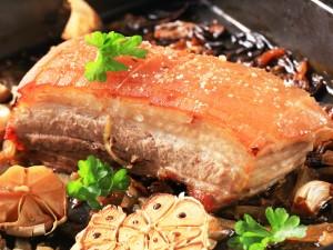 Sabrosa carne a la parrilla con verduras asadas