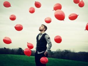 Chico observando los globos rojos