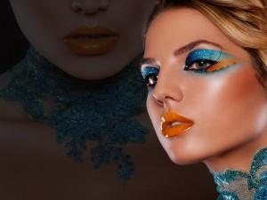 Chica con un destacado maquillaje azul y naranja