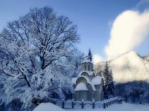 Pequeña capilla cubierta de nieve