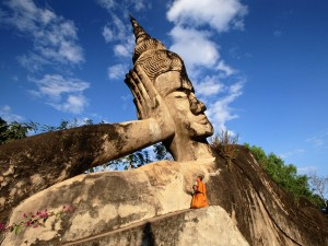 Rezando junto a un Buda (Laos)
