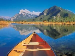 Canoa en un bonito lago